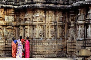 women-at-hindu-temple_india